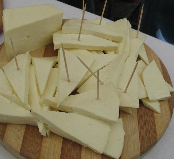 cestaskrip 02lijepmiscevicTvrdko Škripavac, lički sir koji škripi na zubima